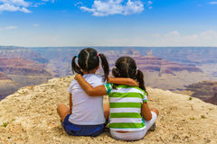 Предназначенные для подростков девушки на гранд-каньоне Стоковая Фотография RF