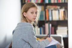 Предназначенные для подростков девушки работая на компьтер-книжке Стоковые Фото
