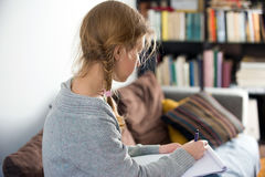 Предназначенные для подростков девушки работая на компьтер-книжке Стоковое Фото