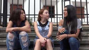 Предназначенные для подростков девушки сидя на шагах Стоковые Фото