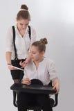 Предназначенные для подростков девушки с большой таблеткой Стоковое Изображение RF