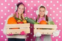 Предназначенные для подростков девушки с овощами в зиме Стоковые Изображения