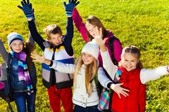 Предназначенные для подростков дети с поднятыми руками Стоковые Фото
