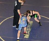 Предназначенные для подростков мальчики Wrestling Стоковые Фотографии RF