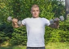 Предназначенные для подростков поднимаясь гантели outdoors Стоковое Изображение RF