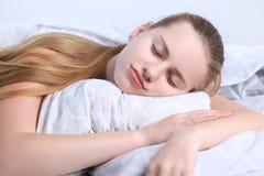 Предназначенные для подростков сны девушки лежа на подушке Стоковое Фото