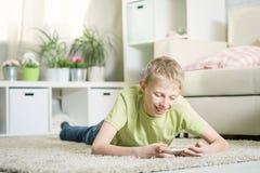 Предназначенный для подростков играя телефон Стоковая Фотография