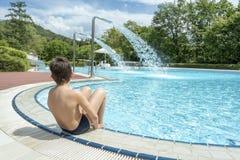 предназначенный для подростков мальчик в бассейне Стоковая Фотография