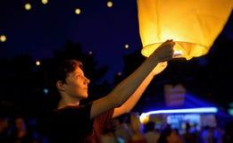 Предназначенный для подростков мальчик с бумажными фонариками летания Стоковые Фото