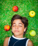 Предназначенный для подростков мальчик слушает музыка стоковое фото rf