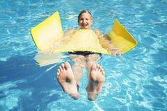 Предназначенный для подростков ослабляет в бассейне Стоковое фото RF