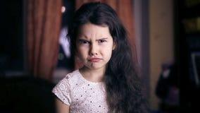 Предназначенный для подростков ребенок девушки сердитые несчастные сердитые эмоции сток-видео