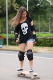Предназначенный для подростков скейтбордист Стоковые Фотографии RF