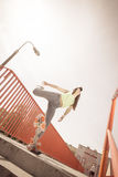 Предназначенный для подростков скейтборд катания конькобежца девушки на улице Стоковые Фотографии RF