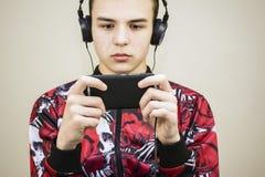 Предназначенный для подростков смотря мобильный телефон Стоковые Фотографии RF