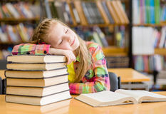 Предназначенный для подростков сон девушки в библиотеке Стоковые Изображения