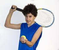 Предназначенный для подростков спортсмен играя теннис Стоковая Фотография