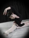 Предназначенный для подростков танцор в студии Стоковое Фото