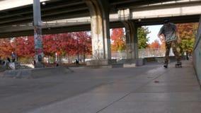 Предназначенный для подростков faling фокус скейтборда получая эмоциональный сток-видео