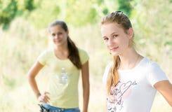 2 предназначенных для подростков девушки в природе Стоковые Фотографии RF