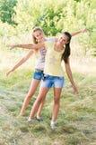 2 предназначенных для подростков девушки в природе Стоковые Изображения