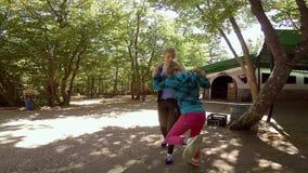 2 предназначенных для подростков девушки в шутку воюя в парке лета акции видеоматериалы