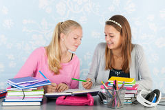2 предназначенных для подростков девушки делая домашнюю работу совместно Стоковая Фотография