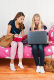 2 предназначенных для подростков девушки делая домашнюю работу совместно Стоковые Изображения