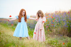 2 предназначенных для подростков девушки играя на траве Сцена эмоций Выбранный fo Стоковое фото RF