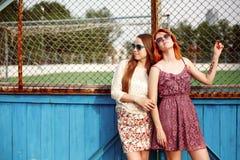 2 предназначенных для подростков девушки представляя около суда школы Стоковое Фото