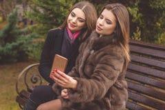 2 предназначенных для подростков девушки принимают selfie с smartphone Стоковое Изображение RF
