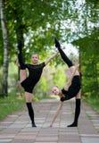 2 предназначенных для подростков звукомерных гимнаста Стоковое Фото