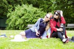Предложение и молодые женщины наслаждаясь днем Стоковое Фото