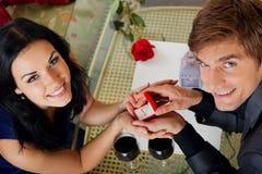 Предложение руки и сердца, человек дает кольцо к его девушке Стоковые Изображения