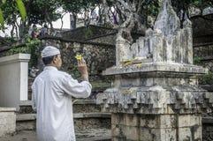 Предложения молитве на старом виске Uluwatu, Бали Стоковая Фотография
