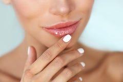 Предохранение от губ Крупный план здоровых губ женщины и ровной кожи Стоковое фото RF