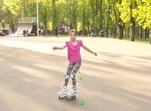 Предохранение от колена девочка-подростка катаясь на коньках нося Стоковая Фотография