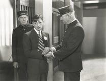 Предохранитель извлекая наручники от пленника Стоковые Изображения RF