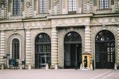 Предохранитель стоит на обязанности на королевском дворце Стокгольм, Швеция Стоковое Фото