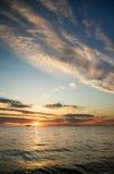 Предпосылка и море неба на заходе солнца Стоковые Изображения RF