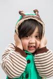 Предпосылка азиатской девушки знобя/азиатская девушка знобя/азиатская девушка знобя, студия изолировали предпосылку Стоковое фото RF