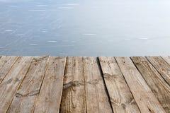 Предпосылка ландшафта с таблицей воды со льдом и древесины Стоковая Фотография RF