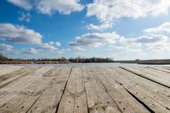 Предпосылка ландшафта с таблицей голубого неба и древесины Стоковое фото RF