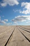 Предпосылка ландшафта с таблицей голубого неба и древесины Стоковые Фото