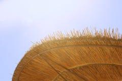 Предпосылка бамбукового зонтика пляжа Тропическая принципиальная схема праздника Стоковое фото RF