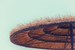 Предпосылка бамбукового зонтика пляжа Тропическая принципиальная схема праздника Стоковые Фотографии RF