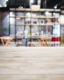 Предпосылка бар-ресторана столешницы встречным запачканная интерьером Стоковые Фотографии RF