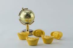Предпосылка белизны золотого ингота глобуса золотая Стоковые Изображения RF