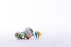 Предпосылка белизны игрушек шариков мраморов Стоковое фото RF