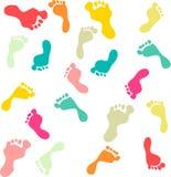 Предпосылка белизны картины милых и красочных следов ноги семьи безшовная Стоковая Фотография RF